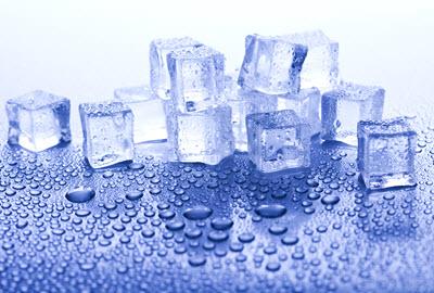 Eiswürfel aus dem Kühlschrank