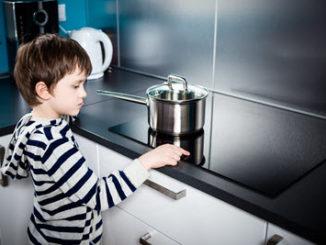 Unfall in der Küche mit Kind