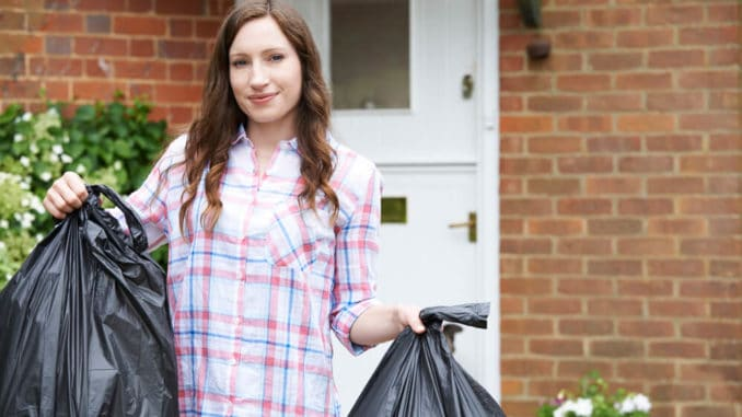 Frau mit Müllbeuteln