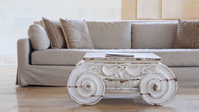Tisch vor Sofa