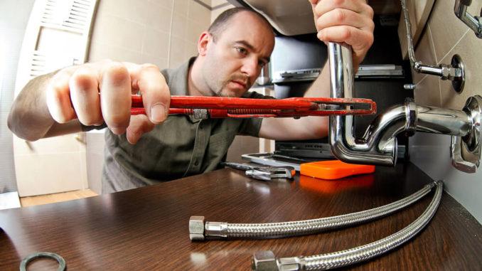 Heimwerker repariert Abfluss