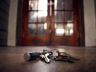 verlorene Schlüssel auf dem Fußboden