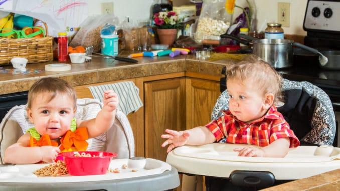 2 Kinder auf Hochstühlen frühstücken