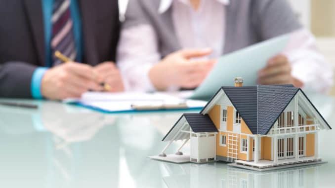 Immobilien-Modell auf Schreibtisch