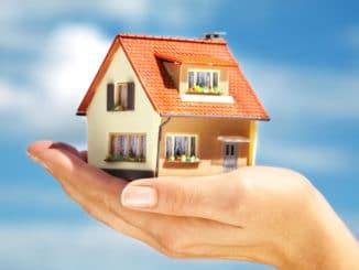 kleines Haus auf einer Hand