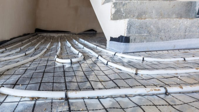 Eine Fußbodenheizung wird verlegt