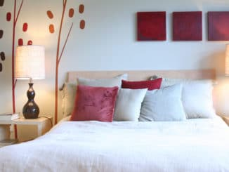 schöne Bettwäsche auf einem Bett
