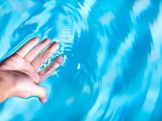 Wasserqualität im Pool wird geprüft
