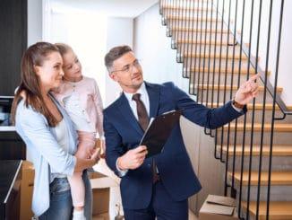 Immobilienmakler erklärt das Haus